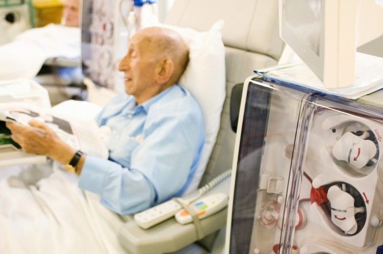 Foto doente a ler na hemodiálise