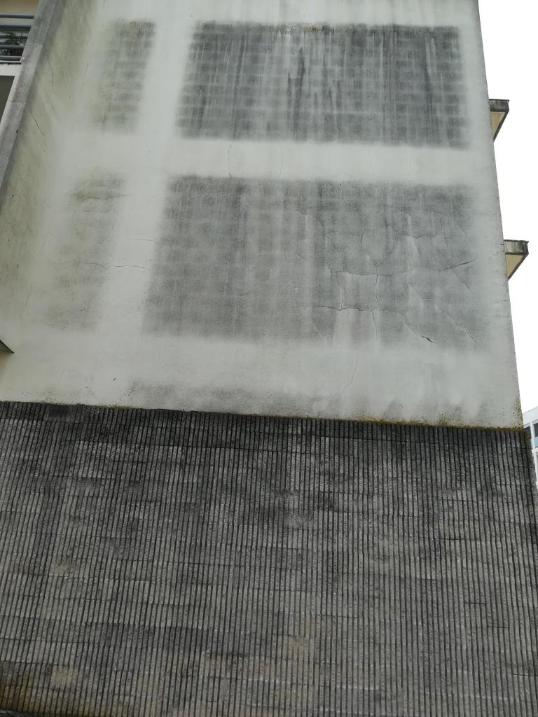 Mau revestimento de pedra e parede com deficiente pintura