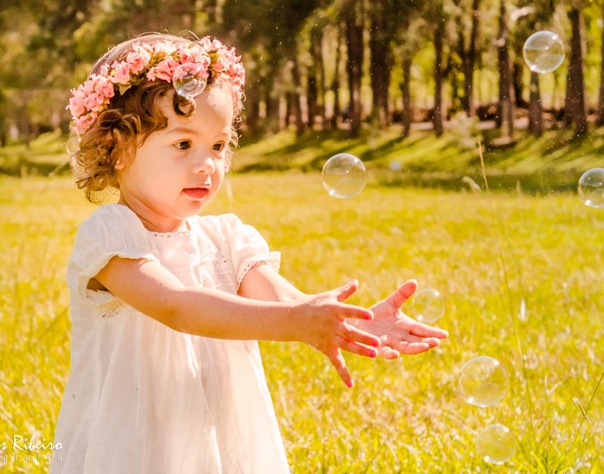 menina com bolas de sabão