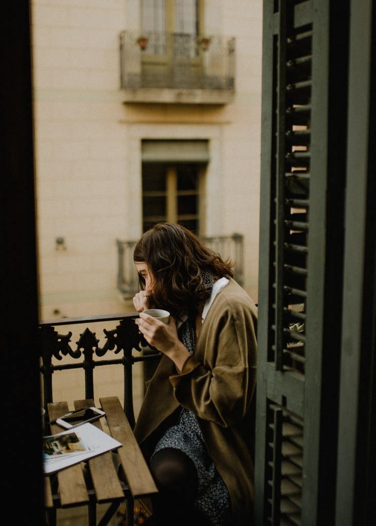 Rapariga na varanda