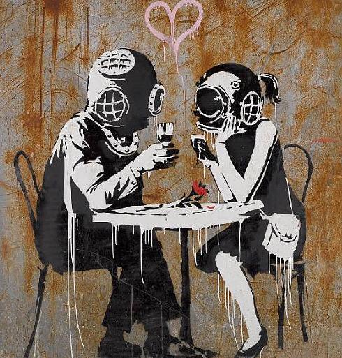 Um casal à mesa com escafandros