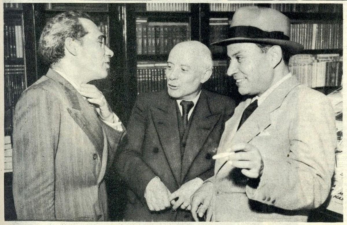 """Na livraria """"Guimaraes"""", os escritores Assis Esperança e Ferreira de Castro, com o livreiro Martins."""