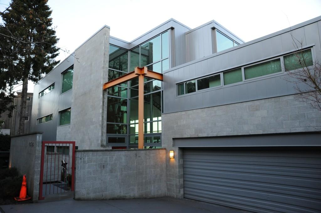 Moradia de betão, vidro e metal