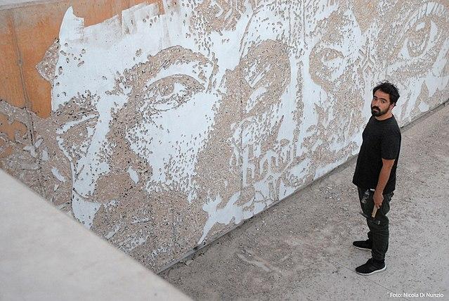 Vihls, frente ao mural