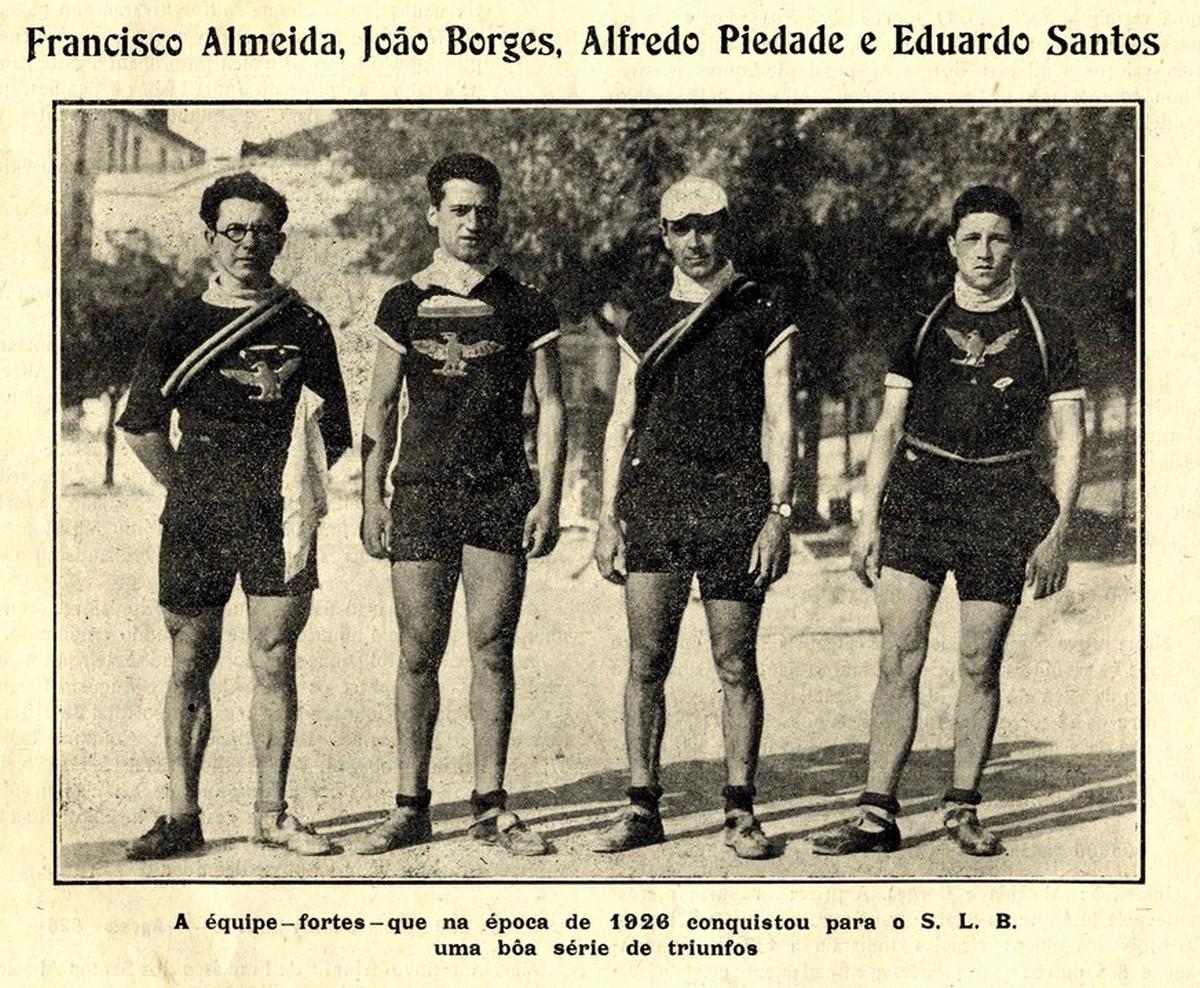 """A equipa do SLB (Sport Lisboa e Benfica) que participou no Raid """"Paris - Lisboa"""" na época de 1926."""