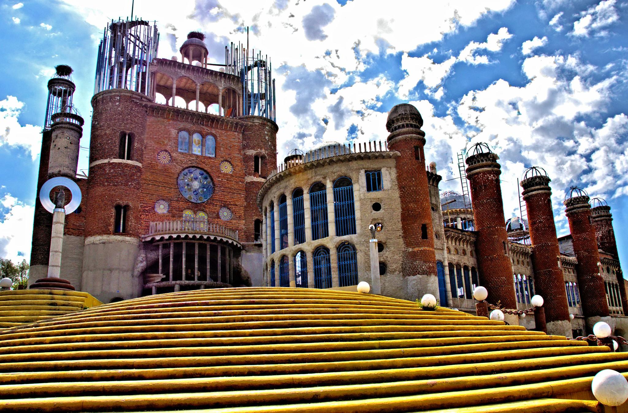 Catedral situada em Mejorada del Campo (Madrid, Espanha) feita por um só homem, com materiais reciclados)