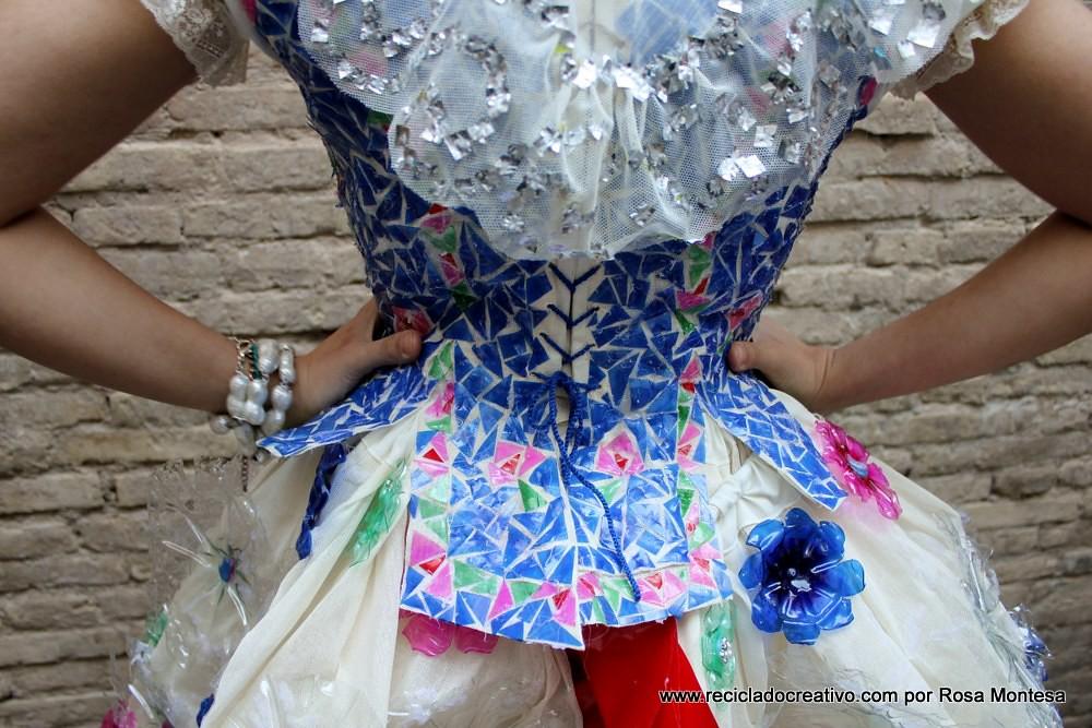 Vestido de materiais reciclados