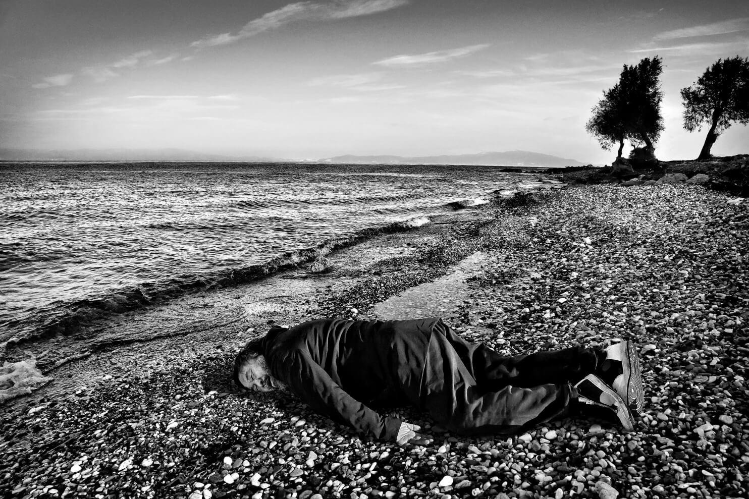 Em 2014, Ai Weiwei foi fotografado na posição onde o cadáver do pequeno Aylan, a criança refugiada síria de 6 anos, que se afogou no Mar Egeu, enquanto tentava chegar à Europa, foi fotografado.