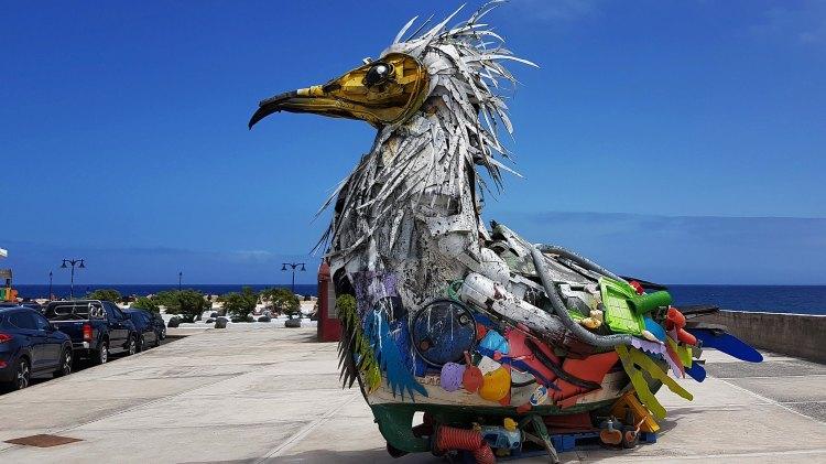 Pássaro escultura feita com materiais reciclados, por Bordalo II