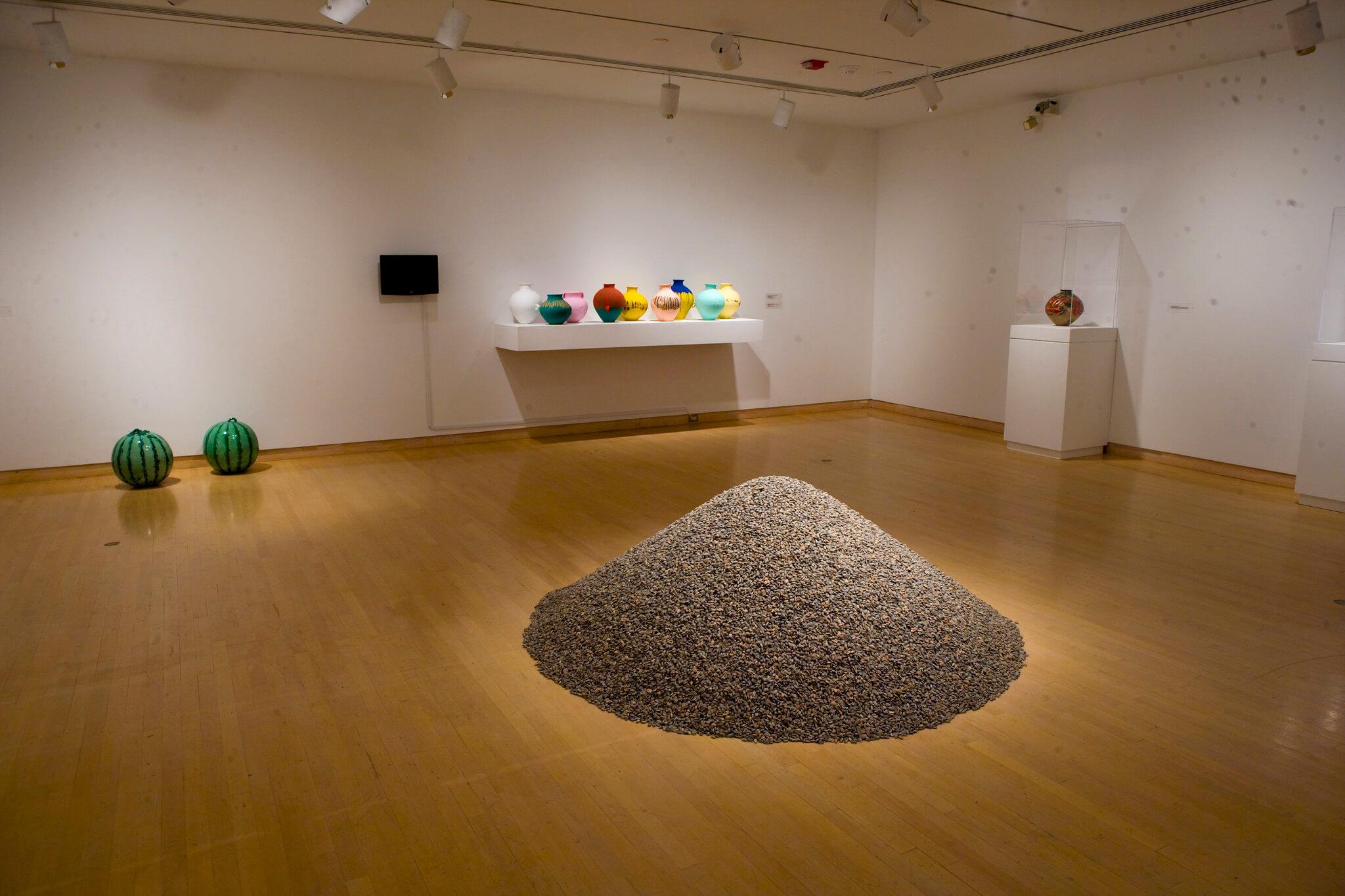 Ai Weiwei : Dropping the Urn