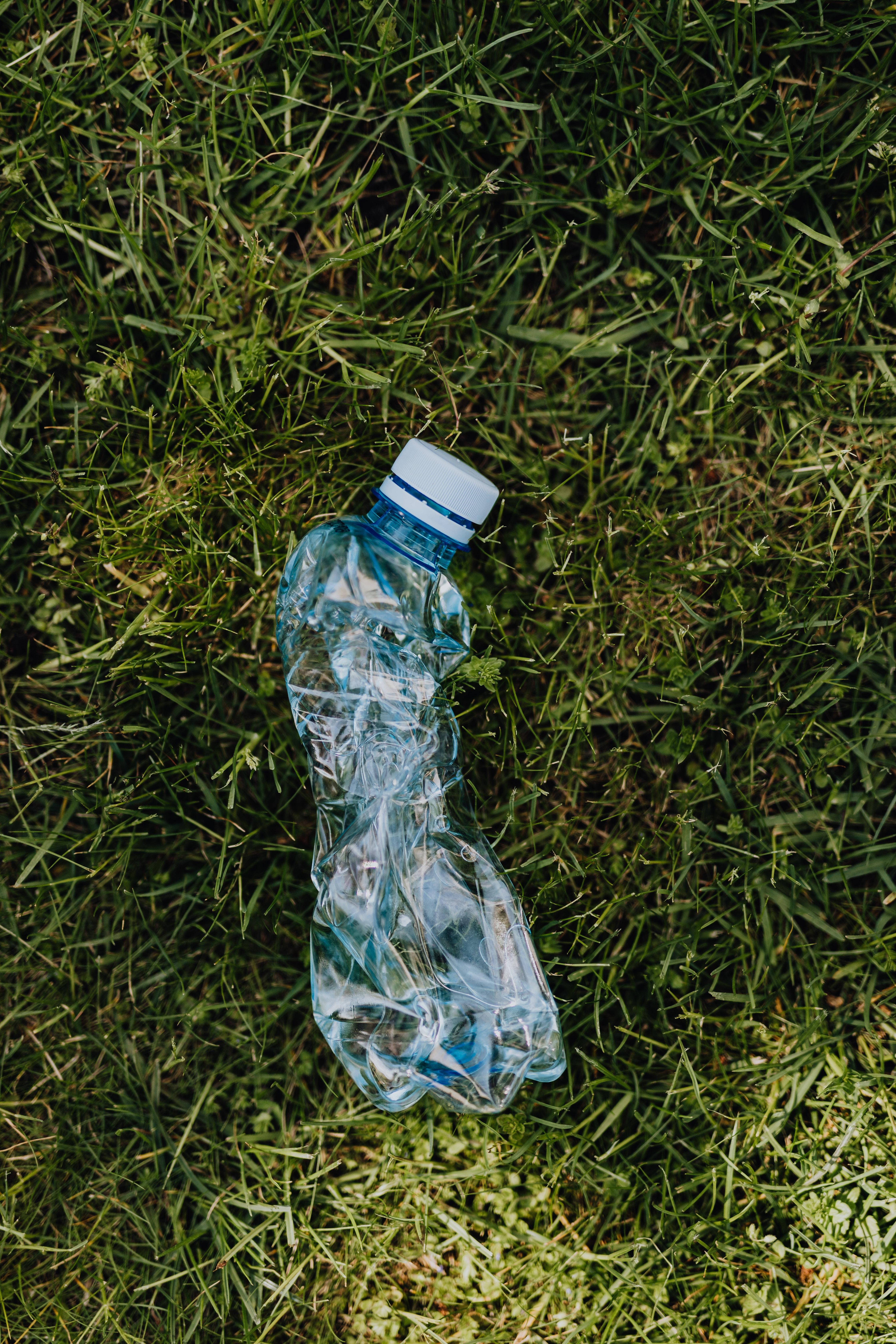 Lixo de plástico no jardim ou no mato